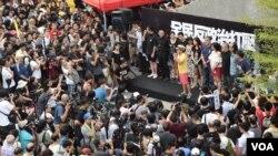 多名民間團體代表在雨傘運動一周年集會發言。 (美國之音特約記者湯惠芸照)