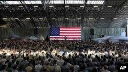 Predsednik SAD Donald Tramp govori pred američkim vojnim osobljem i pripadnicima Japanskih odbrambenih snaga tokom svoje posete američko vazdušnoj bazi Jakota, u blizini Tokija, 5. novembra 2017.