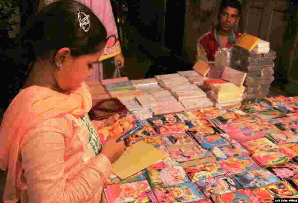 ملک کے مختلف شہروں کی طرح کراچی میں بھی عیدالفطر کی تیاریاں جاری ہیں۔ عید کی خریداری کا سلسلہ رات گئے تک جاری رہےگا
