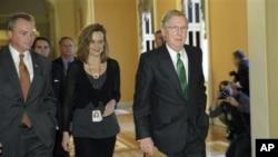 美国 参议院少数党领袖麦康奈尔前往参议院