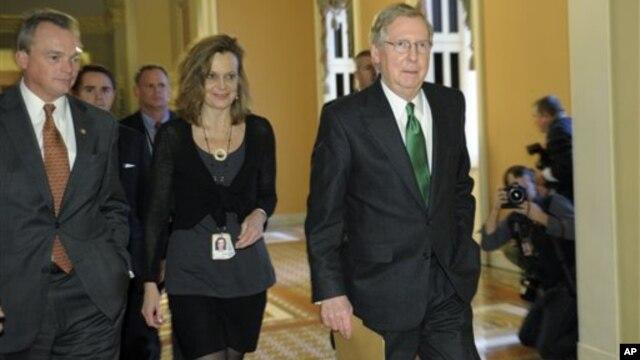 Thượng nghị sĩ Mitch McConnell (phải) tại trụ sở Thượng viện 31/12/12