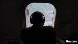 一名美國海軍在P-8A波塞頓飛機上。(路透社2017年11月22日)