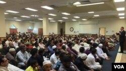 ایڈ گلسپی ریاست ورجینیا کے شہر مناسس میں قائم مسجد دارالنور میں مسلمان کمیونٹی سے خطاب کرتے ہوئے