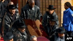 Le cercueil de Jam Master Jay à la sortie de la cathédrale lors de son enterrement le 5 novembre 2002. (Archives)