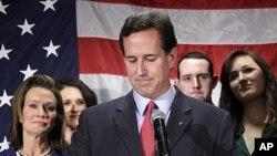 Tsohon Senata Rick Santorum tareda iyalansa a taron manamen labarai inda ya sanar ya jnaye.