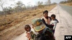 Một gia đình người Campuchia bỏ chạy khỏi khu vực gần đền Preah Vihear, ngày 7/2/2011