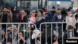 그리스 레스보스섬에 도착한 난민들이 4일 미틸리니항에서 그리스 해군함 탑승을 기다리고 있다.