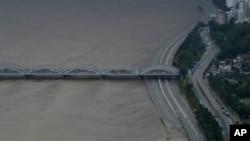 6일 한국 서울의 한강 유역에 9년 만에 홍수주의보가 내려진 가운데 일부 도로가 침수됐다.