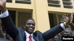 Azarias Ruberwa, vice-président ya kala ya RDC atomboli maboko na milulu na Kinshasa, RDC, 30 juillet 2006.