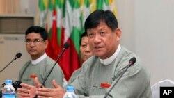 Tin Aye, kanan, ketua Komisi Pemilihan Myanmar, berbicara pada wartawan dalam sebuah konferensi pers di Myanmar Peace Center di Yangon, 7 September 2014.