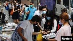 Người dân Hong Kong xếp hàng mua ấn bản cuối cùng của tờ Apple Daily.