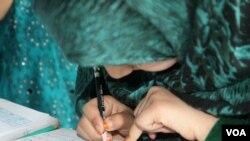 مینا در صنف درسی اش واقع در مرکز تعلیمی زندان شهر جلال آباد ولایت ننگرهار