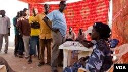 Warga di Sudan selatan antri untuk memberikan suara bagi referendum kemerdekaan.