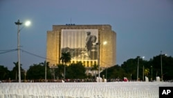 Sillas en la Plaza de la Revolución en La Habana listas para la ceremonia del martes por la noche en honor de Fidel Castro.