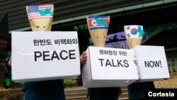 Demonstran Korea Selatan mendesakkan perundingan damai antara Korea Utara, Amerika Serikat dan Korea Selatan. (AP/Ahn Young-joon)