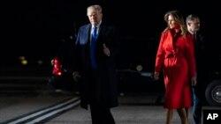 El presidente Donald y la primera dama Melania Trump llegan al aeropuerto Stansted de Londres para asistir a la cumbre de la OTAN.
