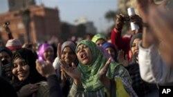 Waandamanaji walioipinga serikali ya Misri wakiendelea kusheherekea kujiuzulu kwa Rais Hosni Mubarak huko Tahrir Sguare, Cairo