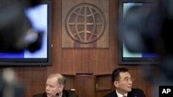 올해 개발도상국의 경제성장 둔화를 전망한 세계은행의 '세계경제 전망 보고서'에 대해 기자회견을 갖는 세계은행 수석경제학자 저스틴 이푸 린(우)
