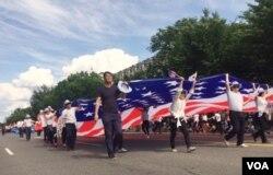 지난달 29일 미국의 현충일인 메모리얼 데이를 맞아 열린 워싱턴DC 퍼레이드에서 지역 한인들이 대형 성조기를 들고 행진하고 있다.