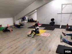 Lucia Kimani na treningu sa trkačima u sali