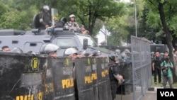 Pengamanan aparat Kepolisian dalam mengantisipasi aksi massa di depan Gedung Mahkamah Konstitusi. (VOA/Andylala Waluyo)