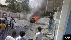 Chiếc xe bốc cháy sau khi quả bom gài trong xe phát nổ ở cảng Aden, miền nam Yemen, 20/7/2011