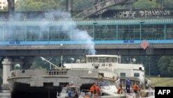Спасатели на месте крушения прогулочного катера. На заднем плане баржа «Ока-5». Москва. 31 июля 2011 года