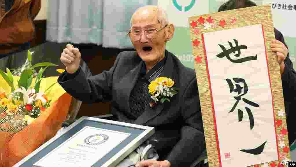 일본 니가타 현 조에스에서 112세 와타나베 지테쓰 씨가 세계 남성 최고령자 인증서를 받은 후 환하게 웃고 있다.