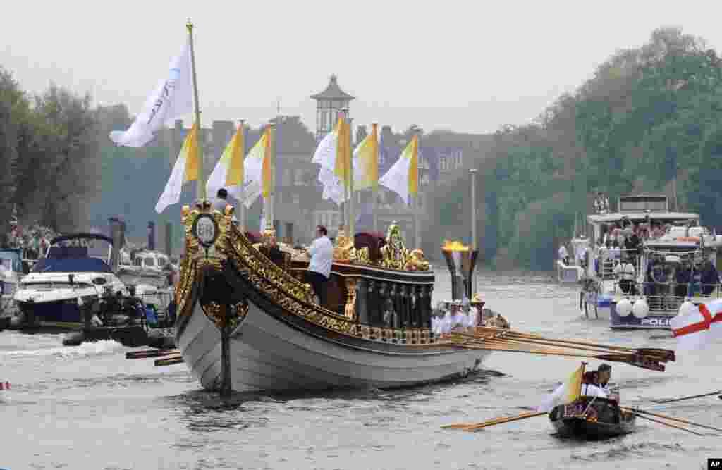 """由倫敦奧組委提供的照片顯示皇家遊艇""""榮光女王號""""(Gloriana)在奧運火炬接力的最後一天,載著奧運火盆行駛在倫敦泰晤士河上(7月27日)。"""