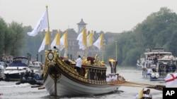 "Perahu kerajaan Inggris ""Gloriana"" membawa obor Olimpiade menyusuri Sungai Thames melalui Jembatan Richmond di tahap terakhir perjalanan arakan obor menuju Taman Olimpiade London (27/7)."