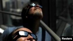Museum antariksa nasional AS akan membagi-bagikan kacamata surya dan menawarkan petunjuk terperinci untuk mengamati gerhana matahari secara aman. (Foto: ilustrasi).