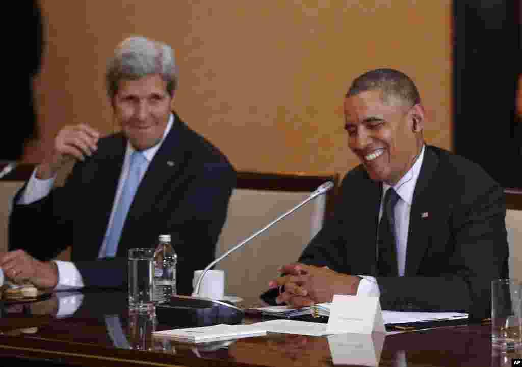 Prezident Barak Obama, Davlat kotibi Jon Kerri Varshavada Polsha Bosh vaziri Donald Tusk bilan ko'rishayapti.