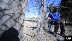 Ishmael Simasiku, un agriculteur, explique comment des éléphants ont endommagé ses cultures dans le village de Kachikau, situé à environ 70 kilomètres de la ville de Kasane, dans le district de Chobe, dans le nord du Botswana, le 29 mai 2019.