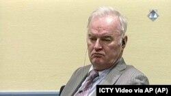 Mantan panglima militer Serbia Bosnia Jenderal Ratko Mladic di ruang sidang Pengadilan Kriminal Internasional untuk Bekas Yugoslavia di Den Haag Belanda, 7 Desember 2016. (ICTY Video via AP)