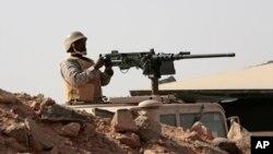 Un soldado saudita visita la frontera con Yemen, en Najran, Arabia Saudita.