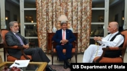 Menteri Luar Negeri AS John Kerry bersama calon presiden Afghanistan