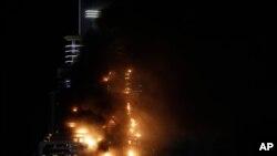"""Požar je zahvatio oko 20 spratova zgrade u kojoj se nalazi hotel """"The Adress"""" u Dubaiju, 31. decembar 2015."""