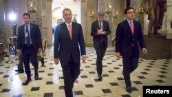 ປະທານສະພາຕ່ຳ ທ່ານ John Boehner ຈາກພັກຣີພັບບລິກັນ ຍ່າງໄປຫ້ອງການຂອງທ່ານ ຢູ່ໃນຕຶກລັດຖະສະພາ