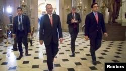 2014年12月11日美国众议院议长约翰·贝纳开支法案通过后走到办公室