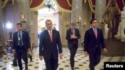 جان بینر همراه با کارمندان دفترش پس از تصویب لایحه بودجه در مجلس نمایندگان. پارلمان آمریکا (کاپیتول)، واشنگتن. ۱۱ دسامبر ۲۰۱۴