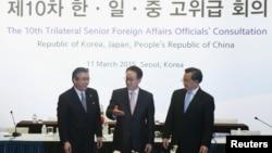 韩国外交部次官李京洙(中)日本副外相杉山晋辅(左)和外交部中国副部长刘振民