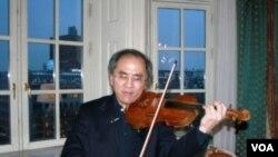 将在诺贝尔和平奖颁奖典礼上演出的张万钧在酒店房间内小试身手(美国之音王南拍摄)