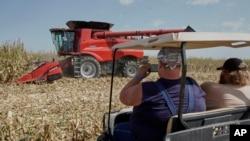 参观内布拉斯加州格兰德岛剥壳收获日农场展览的游客观看玉米收割(2019年9月10日)。