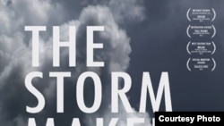 """ខ្សែភាពយន្តឯកសារ """"The Storm Maker"""" ឬ «មេខ្យល់» ផលិតដោយលោក Guillaume Suon បង្ហាញពីទាសភាពក្នុងសង្គមទំនើបបច្ចុប្បន្ននៅប្រទេសកម្ពុជា ដោយឆ្លុះបញ្ចាំងពីខ្សែជីវិតរបស់ស្ត្រីវ័យក្មេងម្នាក់នេះ និងជីវិតប្រចាំថ្ងៃរបស់អ្នកជួញដូរមនុស្សពីរនាក់។ (រូបថតដក់ស្រង់ពីគេហទំព័រ៖ Investigative Film Festival)"""