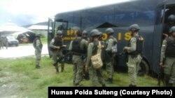 Pasukan Brimob yang tiba Pos Sektor 2 Operasi Tinomba di desa Tokorondo Kecamatan Poso Pesisir Kabupaten Poso Sulawesi Tengah pada 1 April 2017 (foto Humas Polda Sulawesi Tengah)