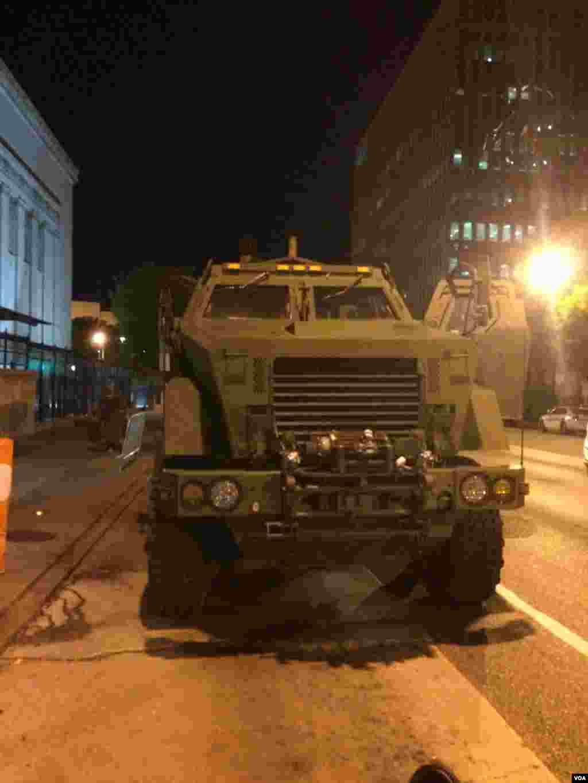 巴尔的摩战争纪念馆门前的装甲车(美国之音王子扬拍摄)