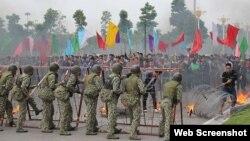 Đặc công, bộ đội, công binh, cảnh sát... tham gia buổi diễn tập quy mô lớn về chống khủng bố, cứu con tin và ngăn chặn biểu tình, bạo loạn. (Ảnh chụp từ trang web của Tuổi Trẻ).