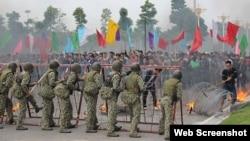 Đặc công, bộ đội, công binh, cảnh sát... của Việt Nam tham gia buổi diễn tập quy mô lớn về chống khủng bố, cứu con tin và ngăn chặn biểu tình, bạo loạn. (Ảnh chụp từ trang Tuổi Trẻ)