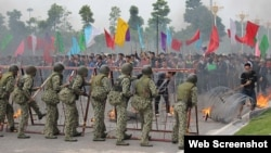 Quân đội và cảnh sát Việt Nam tham gia buổi diễn tập quy mô lớn về chống khủng bố, cứu con tin và ngăn chặn biểu tình, bạo loạn (ảnh chụp từ trang tuoitre).