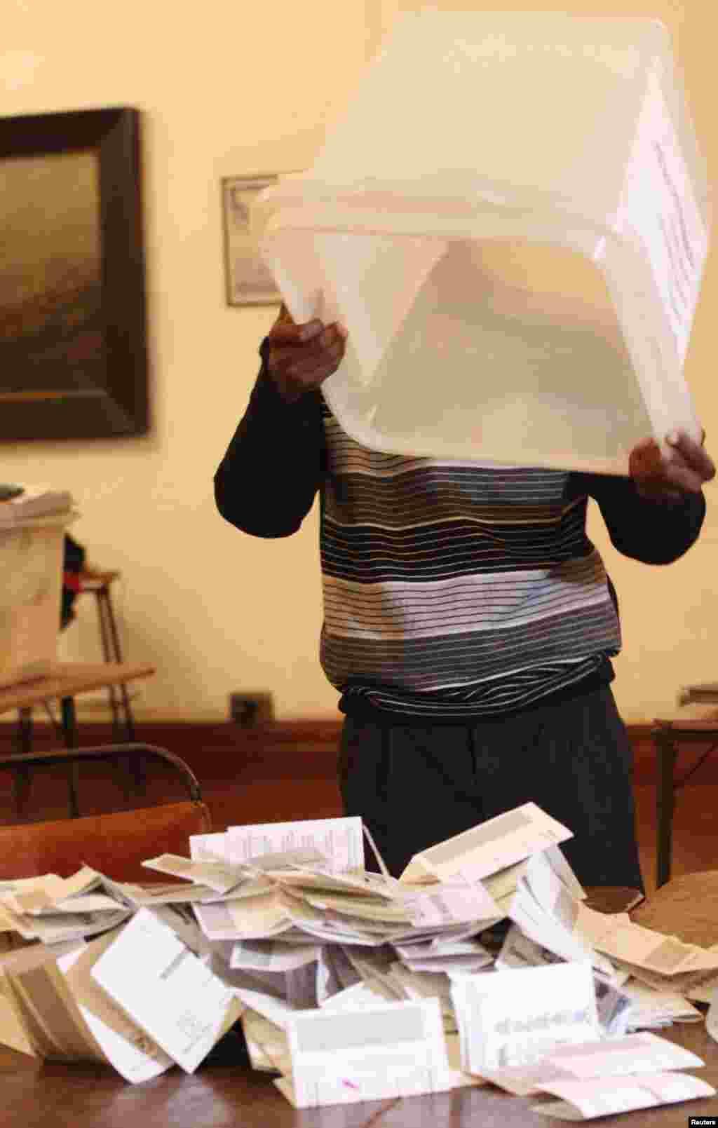 صدارتی انتخاب میں موجود صدر رابرٹ موگابے اور وزیراعظم مورگن سوانگیرائی کے درمیان سخت مقابلہ ہے۔